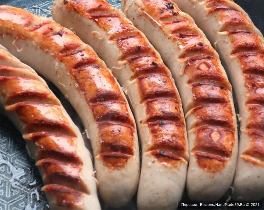 Буррито с колбасками – фото шаг 1. На колбасках для жарки братвурст сделать насечки с обеих сторон, чтобы получилась более хрустящая корочка, обжарить колбаски на горячей сковороде