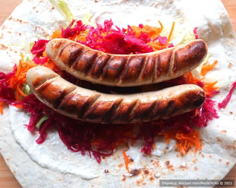 Буррито с колбасками – фото шаг 6. Сверху выложить поджаренные колбаски (по 2 штуки на каждую тортилью)