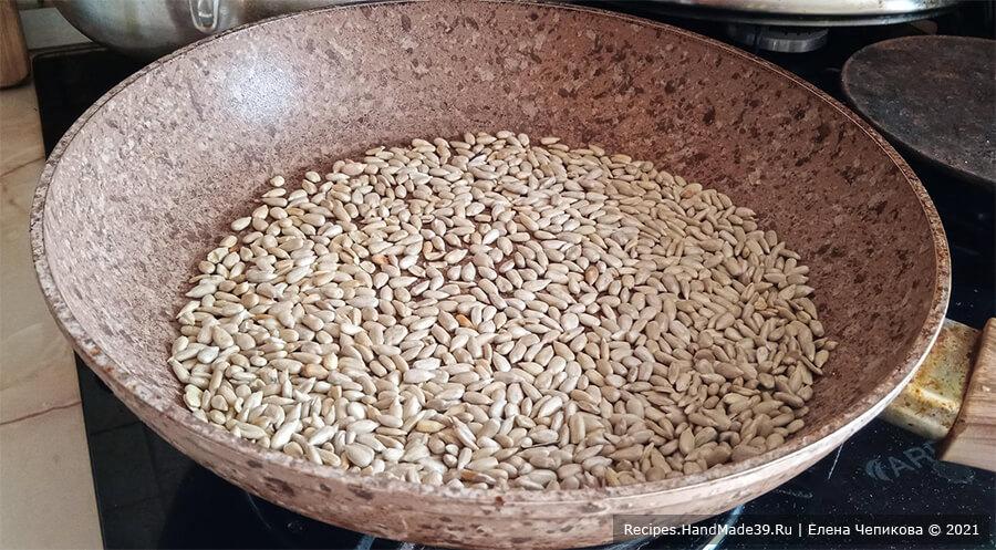 Пирожное «Кранчин-Манчин» – фото шаг 1. Семечки (или орехи) прокалить на сухой сковороде