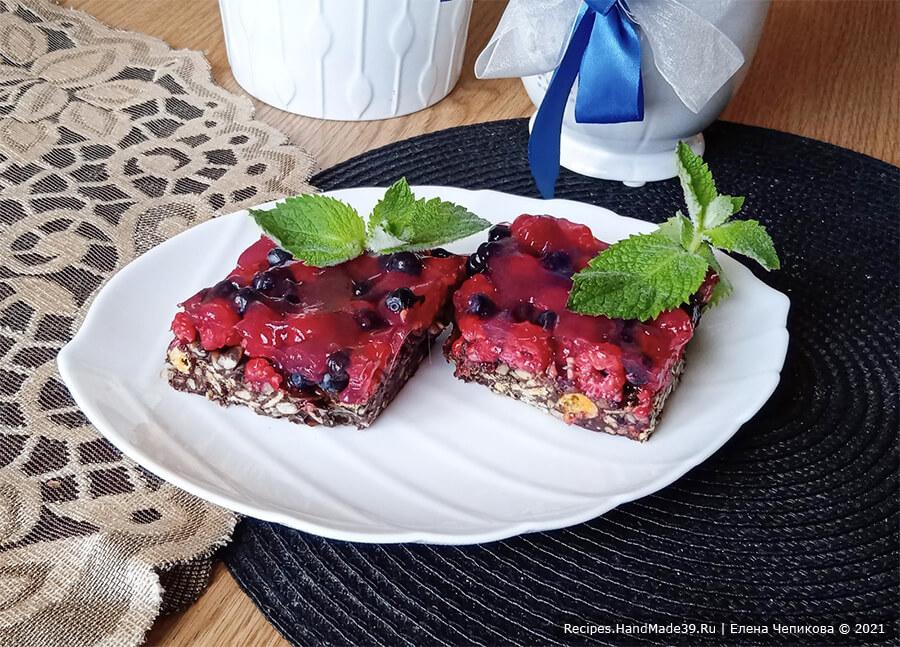 Пирожное «Кранчин-Манчин» – фото шаг 10. Вынуть массу из формы, удалить пищевую плёнку, разрезать застывшую массу с ягодами на квадратные пирожные. Приятного аппетита!