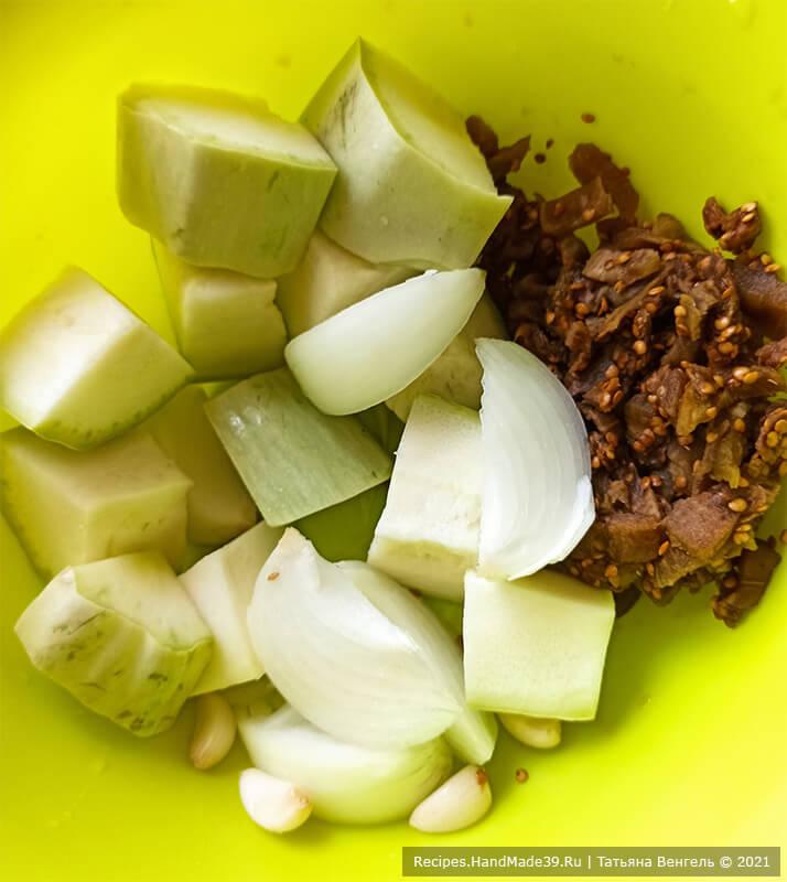 Котлеты с кабачками и баклажанами – фото шаг 1. Репчатый лук и чеснок очистить, добавить к овощам