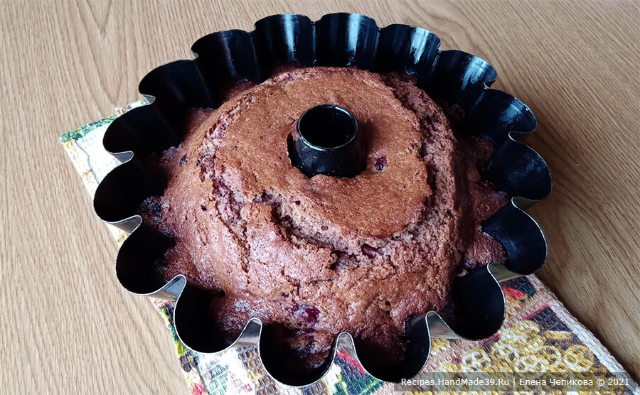 Шоколадный кекс с вишней – фото шаг 8. Выпекать кекс 40 минут в духовке, разогретой до температуры 180 °C