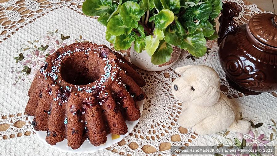 Шоколадный кекс с вишней – фото шаг 10. Кекс можно полить глазурью, растопленным шоколадом, жидким вареньем, посыпать кондитерской посыпкой. Приятного аппетита!