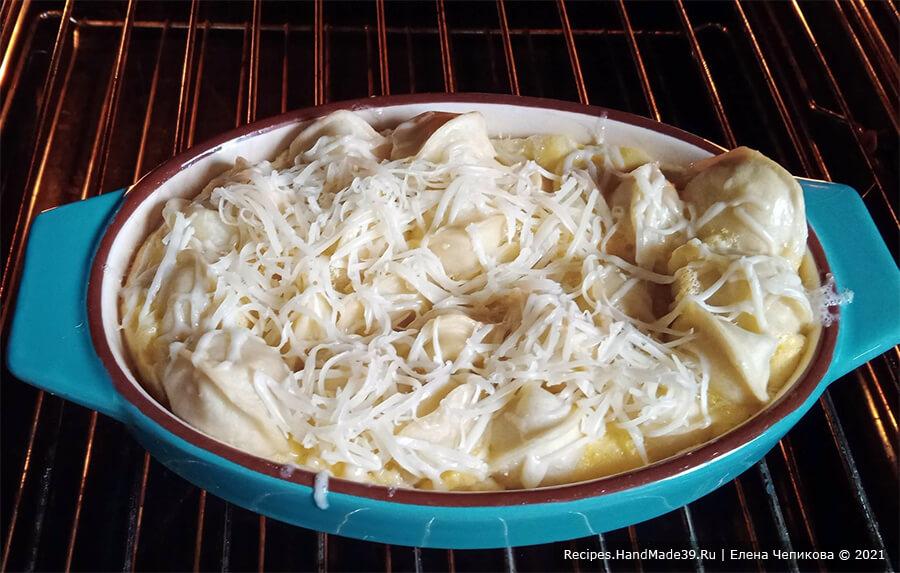 Пельмени в омлете – фото шаг 7. Посыпать пельмени в омлете натёртым сыром, через 3 минуты выключить духовку и оставить там пельмени ещё на несколько минут до расплавления сыра