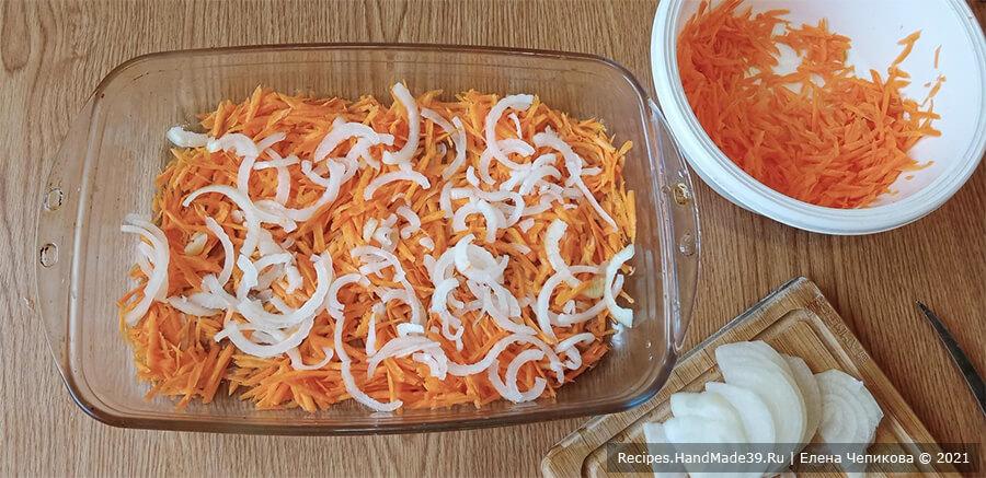 Картофель в пелёнке – фото шаг 1. Лук и морковь перемешать, выложить в форму для запекания, предварительно смазанную растительным маслом