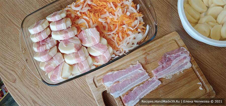 Картофель в пелёнке – фото шаг 3. Обернуть каждую картофельную дольку ветчиной. Выложить картофель в пелёнке внахлёст на овощную подушку