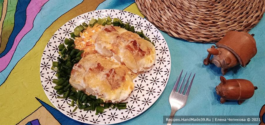 Картофель в пелёнке – фото шаг 6. Картофель подавать горячим вместе с овощной подушкой, на которой он запекался. Приятного аппетита!
