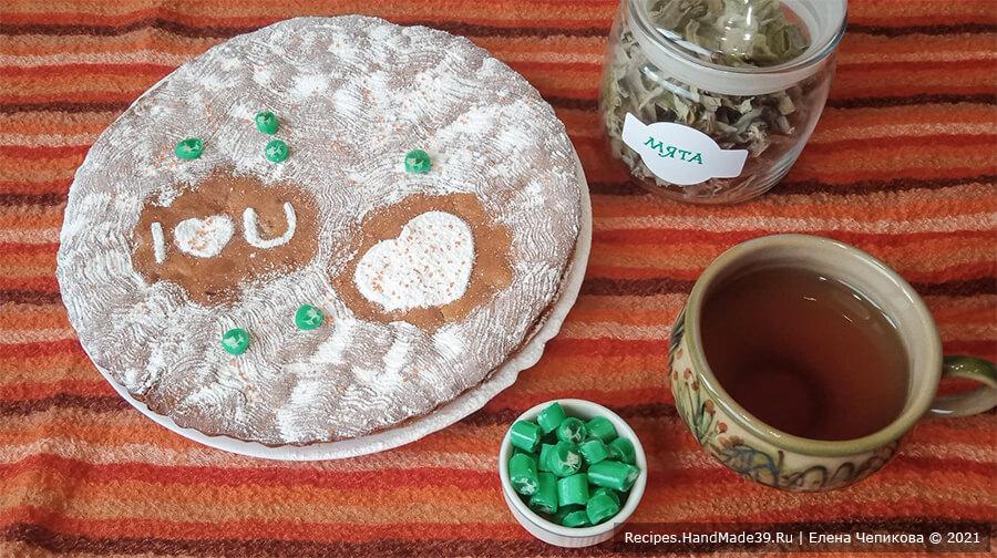 Пирог на чайной заварке – фото шаг 10. Накрыть верхним коржом, посыпать верх сахарной пудрой. Приятного аппетита!