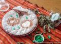 Простой пирог на заварке с вареньем и изюмом