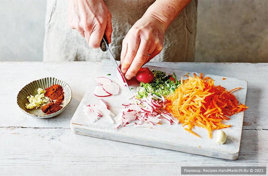 Кимчи из белокочанной капусты – фото шаг 3. Добавьте ароматизаторы