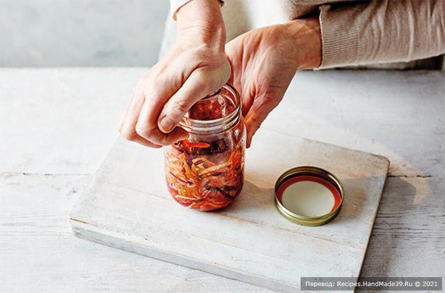 Кимчи из белокочанной капусты – фото шаг 4. Переложите смесь в стерилизованную банку объёмом 500 мл и ложкой придавите её так, чтобы между сырым кимчи и воздухом был слой жидкости
