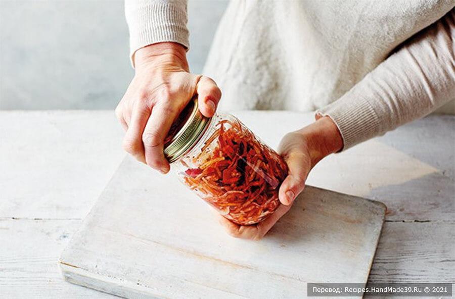 Кимчи из белокочанной капусты – фото шаг 5. Каждый день откручивайте крышку на несколько секунд, чтобы выпустить накопившийся газ