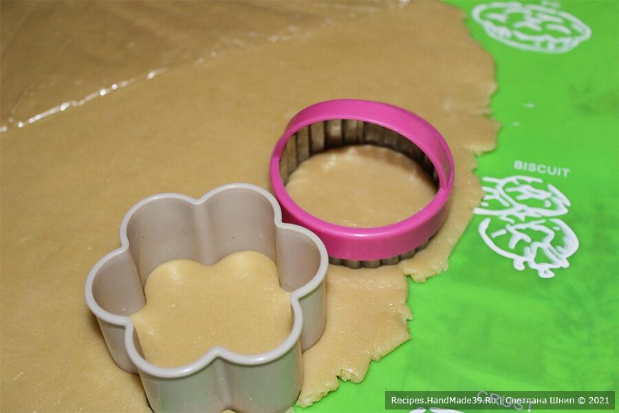 Зефиросэндвич с клубничным зефиром – фото шаг 5. Раскатать тесто и вырубить печенья