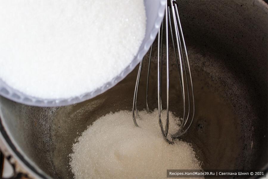 Зефиросэндвич с клубничным зефиром – фото шаг 7. Для варки сиропа соединить воду, сахар, агар в высоком сотейнике. Поставить на огонь