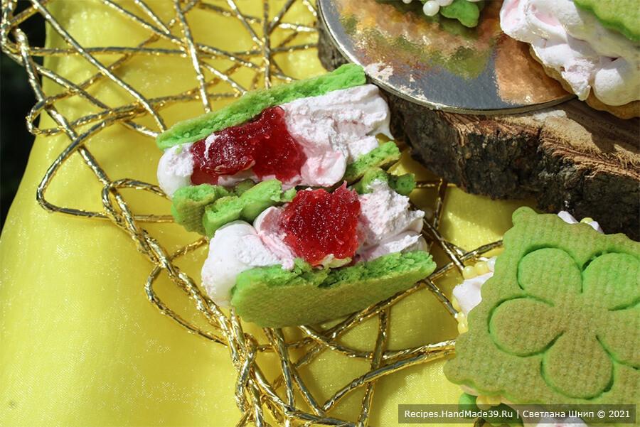 Зефиросэндвич с клубничным зефиром – фото шаг 12. Наполнить зефирной массой большой кондитерский мешок (насадка закрытая звезда).