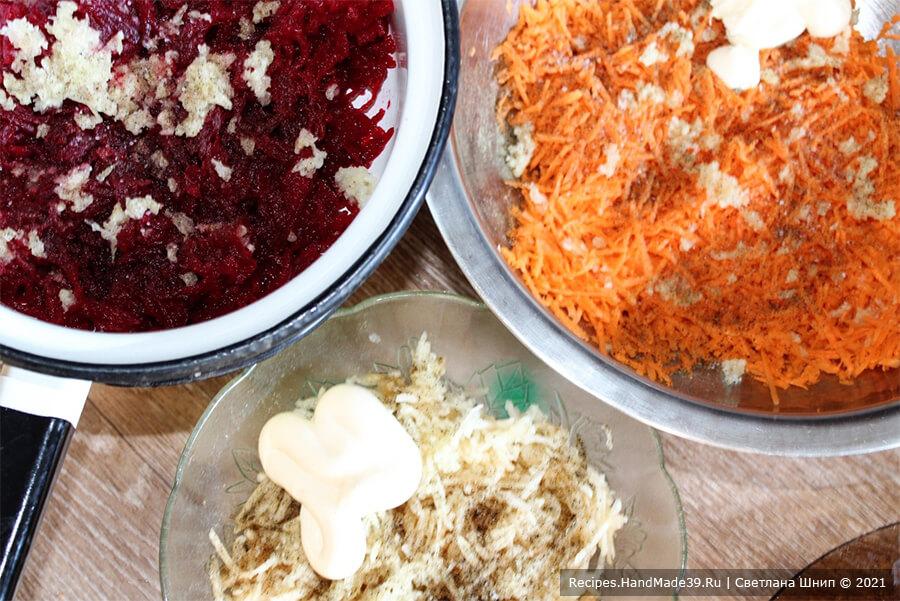 Салат со свёклой и черносливом – фото шаг 4. Посолить овощи и яблоки по вкусу, добавить чеснок, перец и заправить майонезом