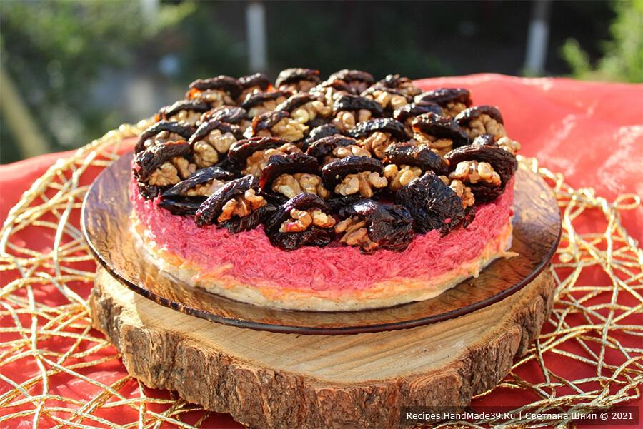 Слоёный салат со свёклой, черносливом и грецкими орехами «Свекольная жемчужина»