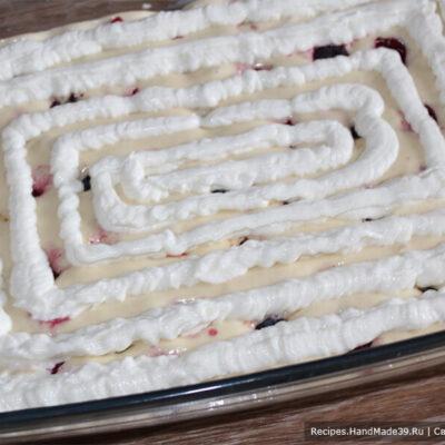 Пирог с творожным кремом – фото шаг 14. Выдавленный на тесто творожный крем