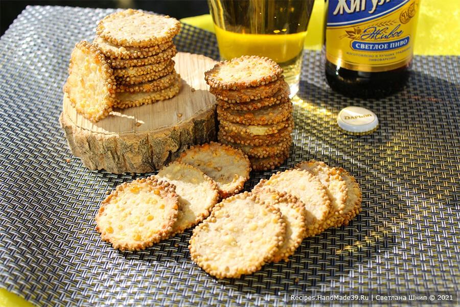 Печенье с горчицей и сыром – фото шаг 8. Выпекать печенье до золотистого цвета 10-15 минут в духовке, разогретой до температуры 180 °C. Приятного аппетита!