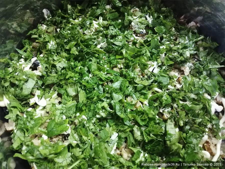 Салат с баклажанами – фото шаг 4. Зелень мелко порубить, распределить следующим слоем