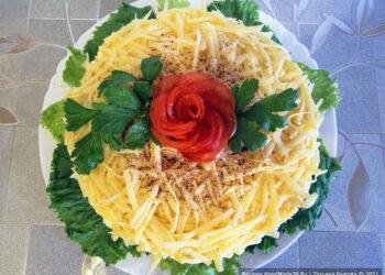 Слоёный салат с баклажанами, помидорами и сыром
