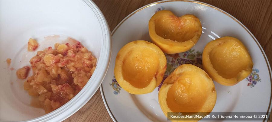 Персики с начинкой – фото шаг 2. Ложкой вынуть часть мякоти во всех четырёх половинках