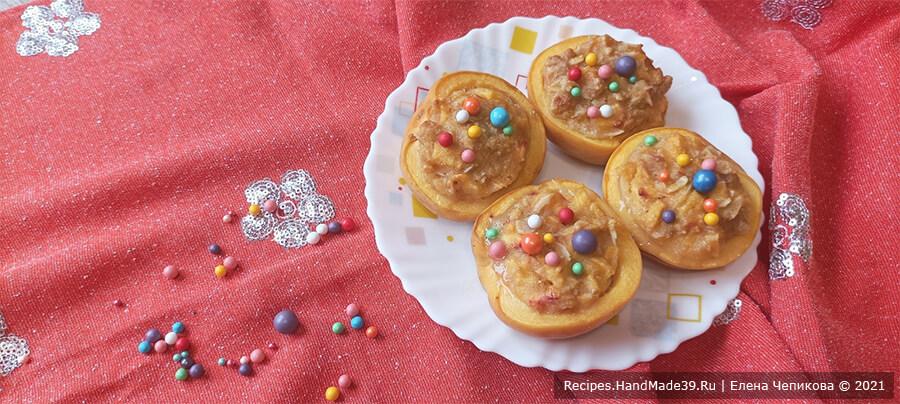 Персики с начинкой – фото шаг 6. Готовые персики аккуратно переложить на тарелку. По желанию добавить декоративную посыпку или полить растопленным шоколадом. Приятного аппетита!