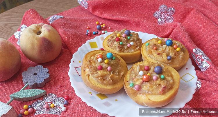 Запечённые персики с начинкой из печенья с орехами
