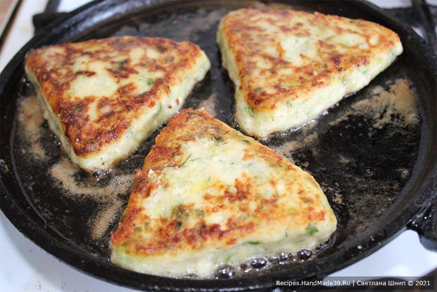 Котлеты из картофеля и кабачков – фото шаг 8. Обжарить котлеты на сковороде, разогретой с небольшим количеством масла, с двух сторон до румяного цвета