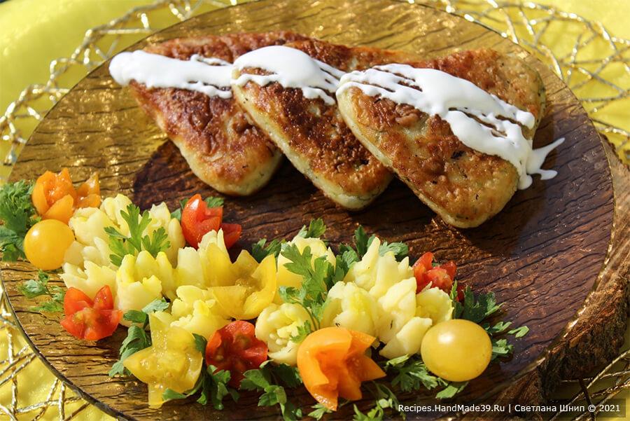 Котлеты из картофеля и кабачков – фото шаг 9. Подавать котлеты горячими со сметаной. Приятного аппетита!