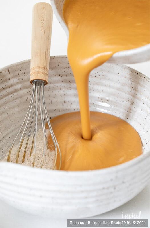 Тыквенный хлеб с начинкой – фото шаг 2. Отдельно соедините тыквенное пюре, коричневый сахар, сметану, яйца, рапсовое масло и ванильный экстракт