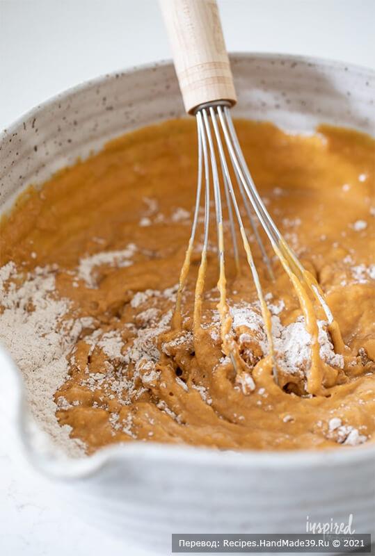Тыквенный хлеб с начинкой – фото шаг 3. Добавить массу к мучной смеси, перемешать до однородности