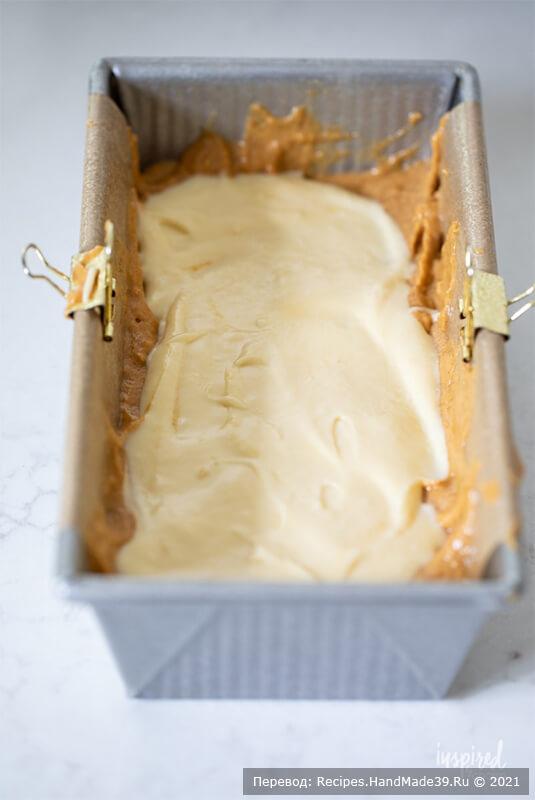 Тыквенный хлеб с начинкой – фото шаг 5. Приготовление тыквенного хлеба: в форму для выпечки застелить пергаментом так, чтобы края пергамента свисали с обеих сторон формы. Выложить в форму половину тыквенного теста