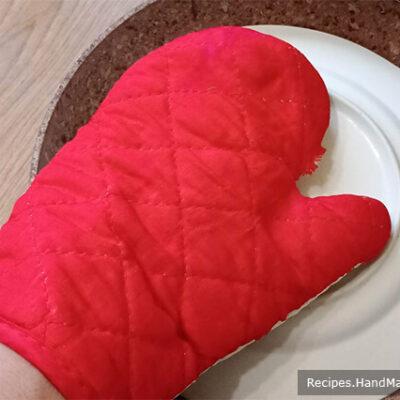 Омлет с кабачками – фото шаг 5. Накрыть омлет тарелкой по размеру сковороды, перевернуть сковороду так, чтобы омлет оказался на тарелке. Переворачивать тарелку с омлетом следует в кулинарной рукавице, чтобы не обжечься