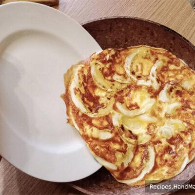 Омлет с кабачками – фото шаг 6. Как перевернуть омлет и не порвать его: с тарелки омлет снова выложить на сковороду – он легко соскользнёт сам