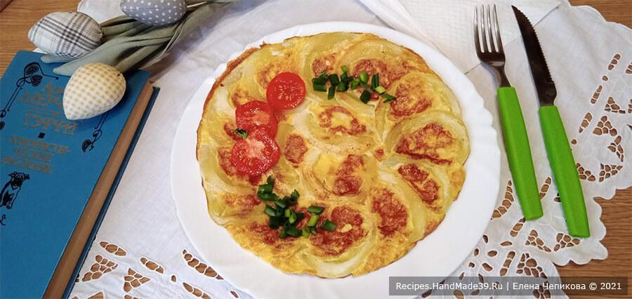 Омлет с кабачками – фото шаг 7. Обжарить омлет со второй стороны ещё несколько минут. Выложить на тарелку. По желанию готовый омлет украсить свежими помидорами и зеленью. Приятного аппетита!